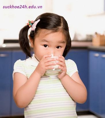 Sữa giúp bé ngủ ngon giấc hơn, 1 ly sua moi ngay cho be ngu ngon giac
