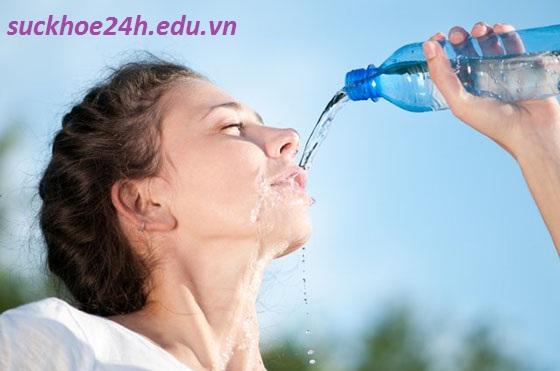 Chăm sóc da mùa hè bằng việc uống nhiều nước, uong nhieu nuoc giup da trang sang