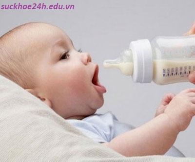 Dinh dưỡng cho bé dưới 6 tháng tuổi, khong nen cho tre bu binh
