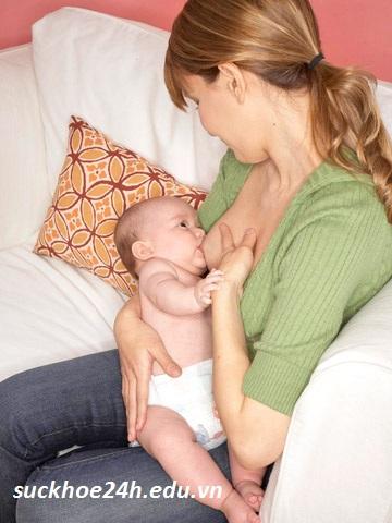 Hướng dẫn cách cho trẻ bú mẹ hiệu quả, tu the be tre de tre bu me hieu qua nhat