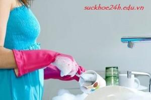 Đeo găng tay khi rửa bát để bảo vệ móng, deo gang tay khi rua bat de bao ve mong